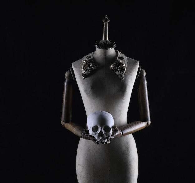 死者の日黒い背景にメキシコの頭蓋骨を持つマネキン