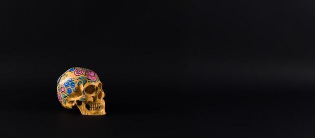 검은 배경에 죽은 다채로운 두개골의 날