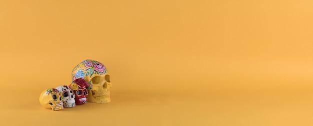 黄色の背景に死者の日カラフルな頭蓋骨