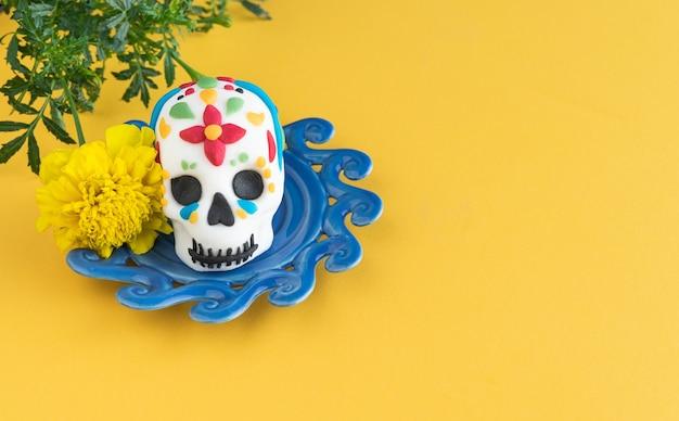 死霊のえじき。黄色の背景にカラフルに装飾された頭蓋骨。スペースをコピーします。