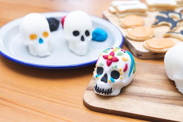 死霊のえじき。死者の日の頭蓋骨の装飾プロセス。スペースをコピーします。メキシコのパーティー。