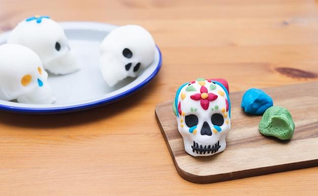 メキシコの死者の日。死者の日のための頭蓋骨の装飾プロセス。スペースをコピーします。メキシコのパーティー。手作り。