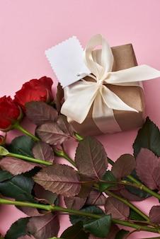 День, чтобы отпраздновать их любовь, поразите ее свежими красными розами и красивой подарочной коробкой.
