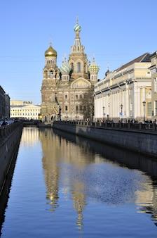 Дневной вид на водный канал на знаменитый православный храм спаса-на-крови, который по-русски называется спас-на-крови в санкт-петербурге.