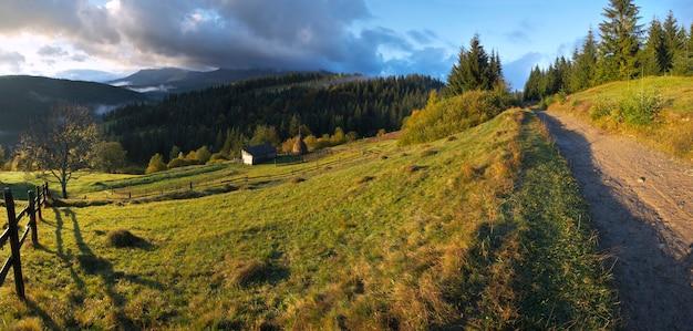 秋のカルパティア山脈、ウクライナの夜明け。 5ショットステッチ画像。