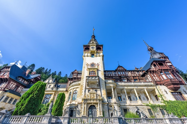 Дневной вид спереди с орнаментированным фасадом замка пелеш в румынии