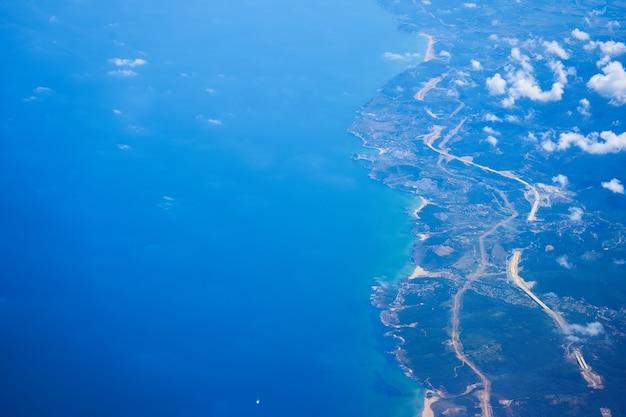 높은 고도에서 비행하는 비행기에서 주간보기. 연안. 터키의 해안선.