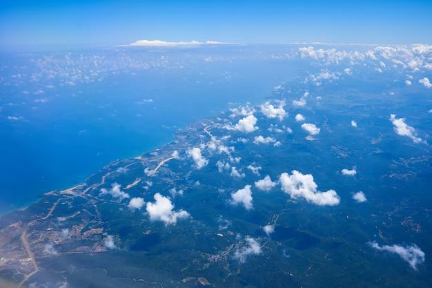 높은 고도에서 비행하는 비행기에서 주간보기.