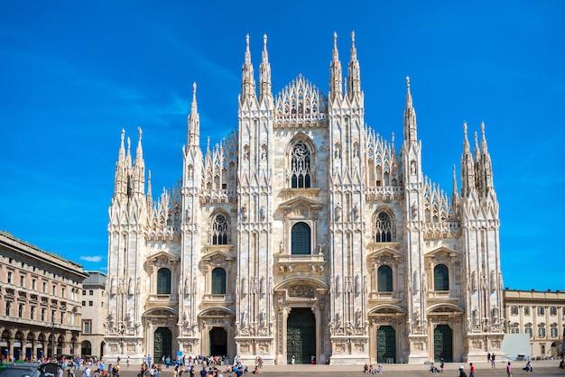 이탈리아 밀라노의 광장에 있는 유명한 밀라노 대성당(duomo di milano)의 낮 전망