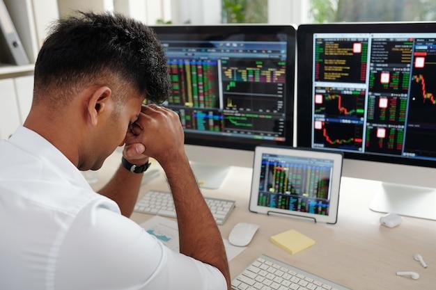 Дэйтрейдер почти плачет после потери всех своих денег, торгуя акциями и валютой