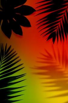 눈부신 아름다움. 밝은 배경에 고립 된 여름 열 대 이국적인 잎입니다. 초대장, 전단지 디자인. 포스터, 표지, 텍스트 복사 공간이 있는 배경 화면에 대한 추상 디자인 템플릿입니다.