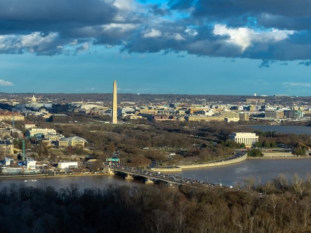 アメリカ合衆国議会議事堂、ワシントン記念塔を見ることができる町を下るワシントンdcのトップビューシーン