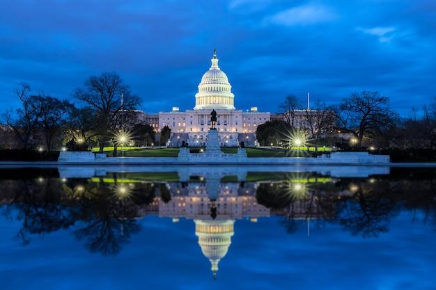 夜の反射を伴う米国議会議事堂、ワシントンdc、米国