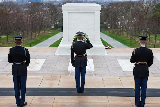 未知人の墓で警備員を変える、アーリントン国立墓地、ワシントンdc、米国