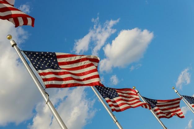 アメリカのワシントンdcの地区で風に吹かれてアメリカの国旗