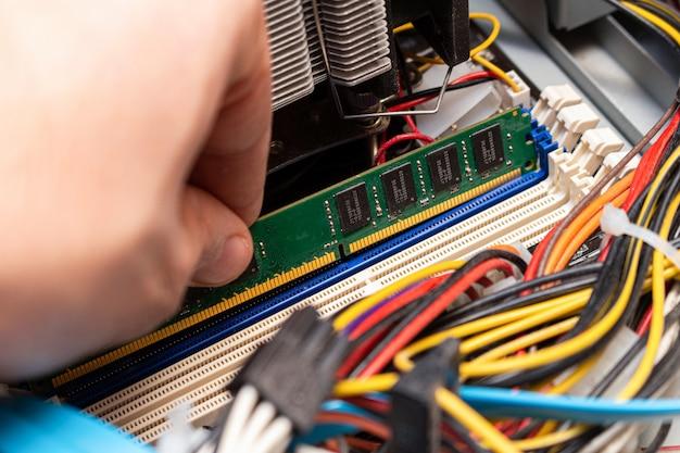 Ddr dimmメモリーの取り付け、サービスでのパーソナルコンピューターの組み立て、手動アップグレード。