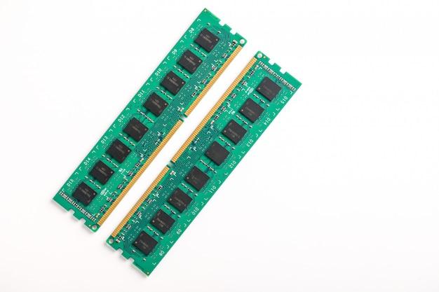 Оперативная память ddr изолированная на белой предпосылке