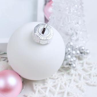美しいピンクと白のd郩©corationsのクリスマスカード
