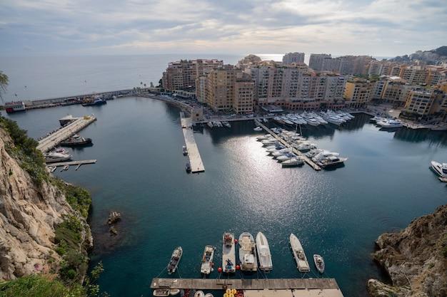 Порт de fontvieille в побережье azur на восходе солнца с облаком голубого неба. драгоценные апартаменты и гавань с роскошными яхтами в бухте, монте-карло, монако, европа