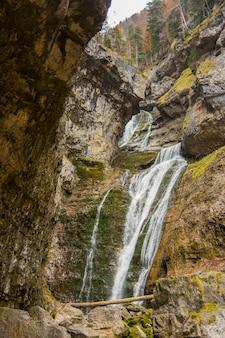 Водопад де ла куэва в ордеса и национальный парк монте пердидо, испания