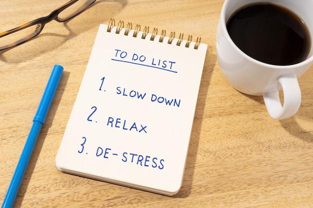 긴장 완화 개념. 책상 위 메모장에 할 일 목록