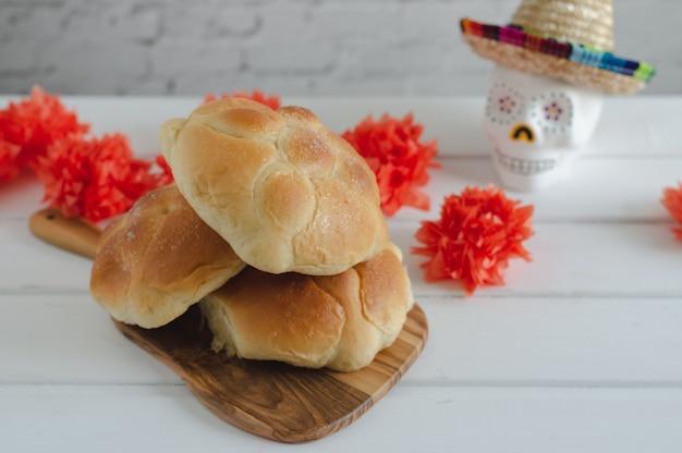 Мертвый хлеб с украшением на деревянной предпосылке.