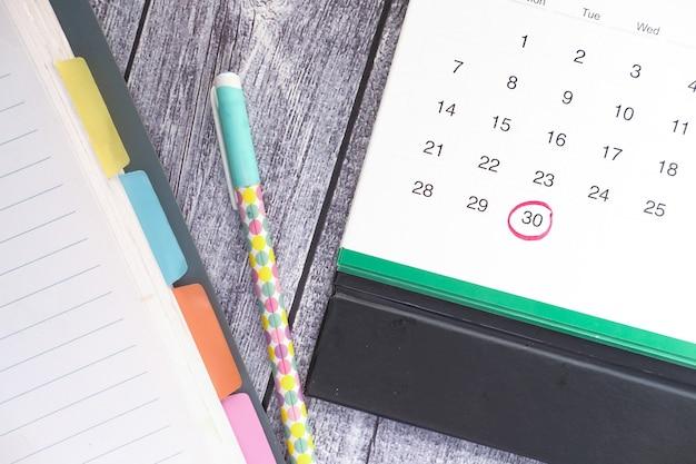Концепция крайнего срока с красной меткой на календарную дату.