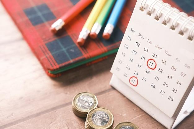 カレンダーの日付に赤いマークが付いた締め切りの概念