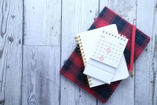 Концепция крайнего срока с красной меткой на календарной дате