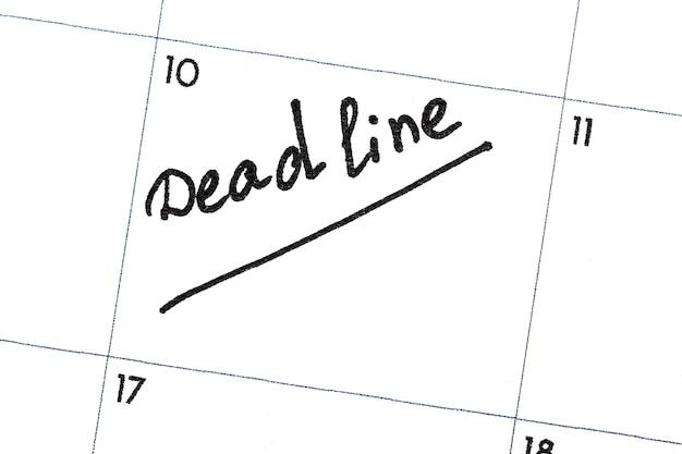 「締め切り」とは、カレンダーに黒のマーカーで書かれたテキストです。