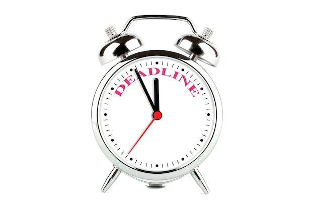 Крайний срок слово на циферблате будильника на белом фоне