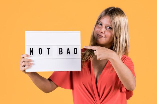 가벼운 상자 텍스트 가리키는 나쁜 청각 장애인 젊은 여자