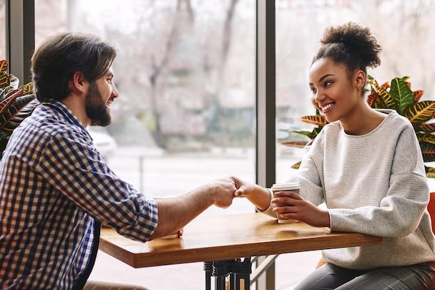 Деловой портрет деловых людей, пожимающих руки во время обеденного перерыва в кафе