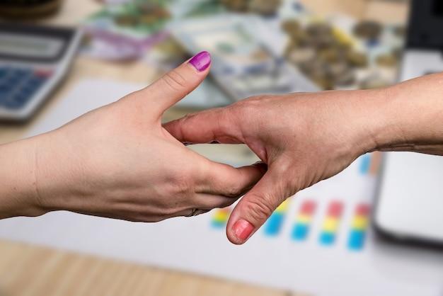 Сделка, женские рукопожатия, крупным планом