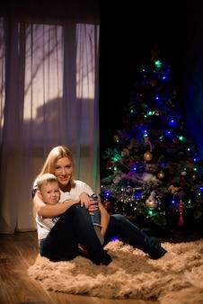 친애하는 아들. 크리스마스 순간. 완벽한 크리스마스 이브. 엄마들을 위한 크리스마스 아침 루틴.
