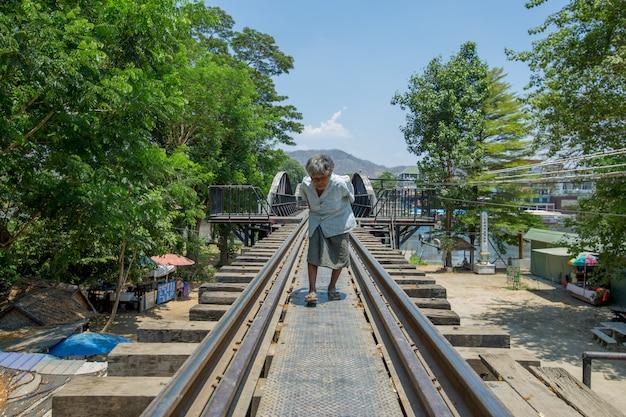 늙은 꼽추 여자와 죽음의 철도 걷고있다