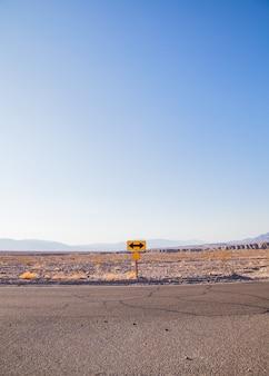 カリフォルニア州デスバレー。砂漠の真ん中にある方向標識。