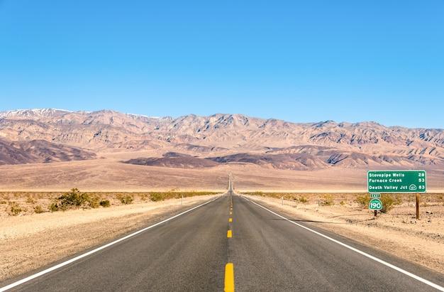 デスバレー-カリフォルニアの砂漠の空の無限の道