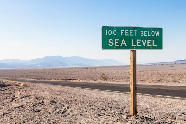 Долина смерти, сша. дорожный вид посреди пустыни