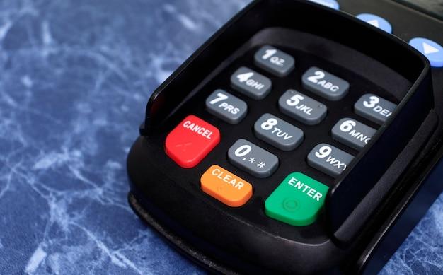 인터넷 뱅킹 클로즈업을 위한 직불 및 신용 카드 판독기 장치. 신용 카드 결제, 상품 및 서비스 구매 및 판매 개념