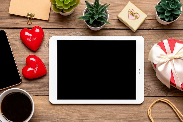 Дебетовая карта, выбирает подарки, совершает покупки, планшет, чашка кофе, два сердца