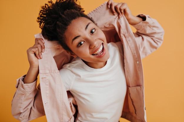 Debonair молодая женщина позирует в модном жакете