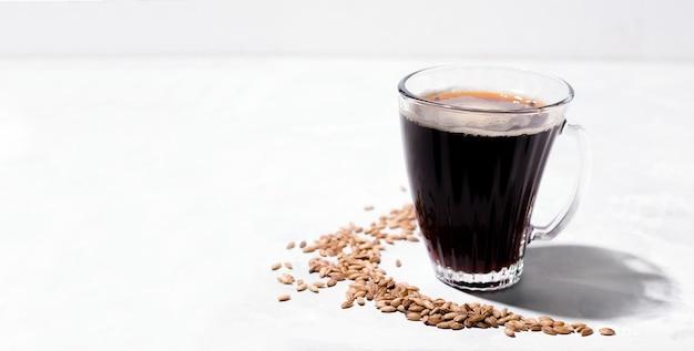 大麦をベースにしたカフェイン抜きのコーヒー。白色の背景。スペースをコピーします。バナー
