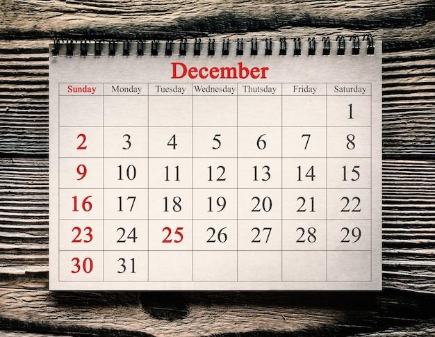 木の背景のカレンダーの12月25日