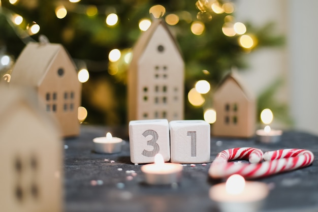 31 декабря календарь из деревянных кубиков, елочные игрушки, модели бумажных домиков и новогодней елки