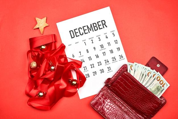 12 월 달력과 돈 지갑
