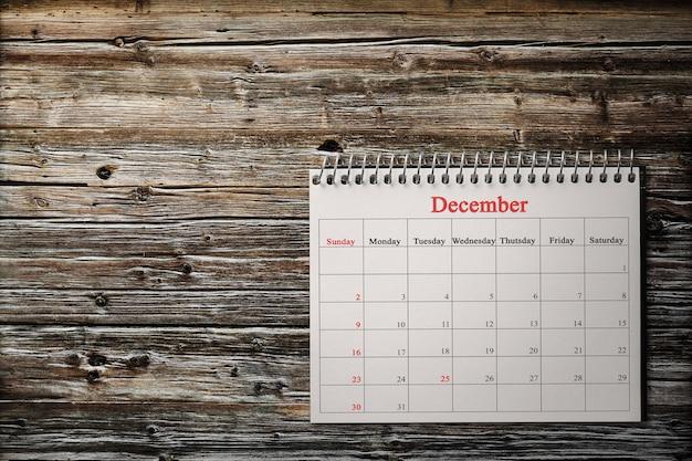 木の背景のカレンダーの12月