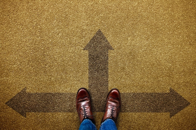 人生やビジネスコンセプトの決定。前向き、左向き、右向きの矢印の方向に立っている未定の人。上面図
