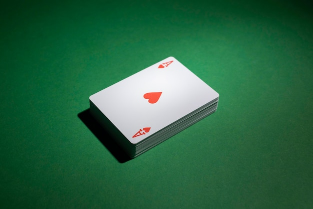 Mazzo di carte su sfondo verde