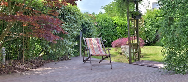 나무 테라스와 정원에 갑판 의자